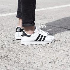 Der 'Superstar' von adidas wird so schnell nicht mehr von der Bildfläche verschwinden. Hier Variationen entdecken: http://sturbock.me/Ul0