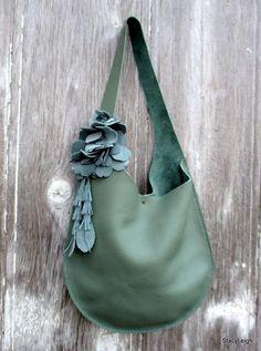 Cabestrillo sencillo y moderno, bolso en cuero grueso, magnífico, guijarros en suave tono verde menta / jade. El bolso es plano en moldes muy bien a tu cuerpo y estilo. Sabes apenas que lleva una bolsa a todos. El escote es asimétrico con un cierre de viga pequeña, plata. Este bolso es totalmente artesanal. Es silla de montar cosida con hilo que por mi asistente Morgan. La correa de hombro tiene un giro de 1/2 intencional a sentar cómodamente en el hombro. El bolso es sin forro con ...