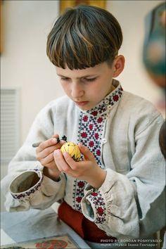 #Ukrainian #embroidery #shirt #Украинская #Пасха #Великдень #Easter #Вышиванка #Українська #вишивка #Вишиванка #Україна #Ukraine #Українці #Ukrainians #Украинцы #діти #хлопчик #мальчик #писанки #Ukrainianboy #children #дети Джерело: https://www.pinterest.com/pin/407786941241088707/