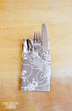 Your Dinner Guests With This Easy and Elegant Napkin Fold A Special Occasion Napkin Fold -- I'll do this for my next dinner party in a few weeks!A Special Occasion Napkin Fold -- I'll do this for my next dinner party in a few weeks! Cloth Napkins, Paper Napkins, Napkins Set, Comment Dresser Une Table, Decoration Communion, Paper Napkin Folding, Deco Table Noel, Holiday Tables, Decoration Table