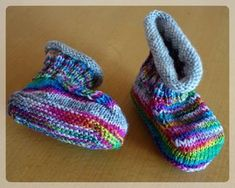 """Oscarino knitting ideas-Oscarino – Strick – Ideen These instructions are the further development of the tried and tested baby shoe instructions """"Oscar"""". They look almost identical, but these instructions are knitted around. You can this Var … - Baby Booties, Baby Shoes, Baby Knitting, Crochet Baby, Knitted Baby Clothes, Cotton Textile, Baby Blog, Baby Health, Knitting Patterns"""