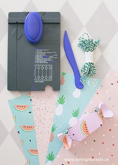 Söta presentaskar hos Make & Create Candy Gift Box, Candy Gifts, Gift Boxes, Diy Pom Pom Rug, We R Memory Keepers, Punch Board, Wraps, Gift Wrapping, Packaging
