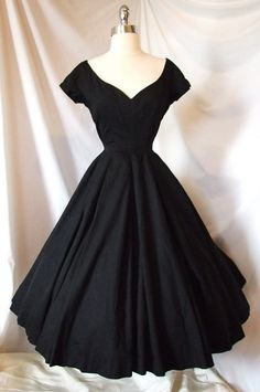 Exquisite Vtg Cocktail Party Portrait Dress Black Wedding Evening Gown 2019 The post Exquisite Vtg Cocktail Party Portrait Dress Black Wedding Evening Gown 2019 appeared first on Vintage ideas. Cute Vintage Outfits, Vintage 1950s Dresses, Pretty Outfits, Pretty Dresses, Beautiful Dresses, 1950s Fashion Dresses, 40s Fashion, Fashion Women, Latest Fashion