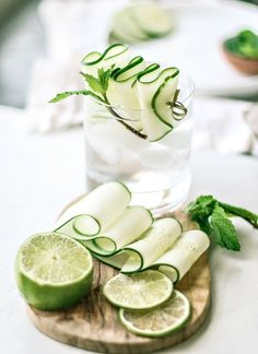 Cooling Cucumber Mint Gin Fizz You'll be hooked on this refreshing and rejuvenating gin cocktail incorporating lime-flavored sparkling water, a splash of lime juice, cucumbers, and fresh mint. Bourbon Cocktails, Best Gin Cocktails, Gin Cocktail Recipes, Sparkling Drinks, Summer Cocktails, Margarita Recipes, Drink Recipes, Cocktail Photography, Food Photography