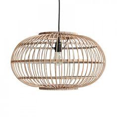 Esta preciosa lámpara de techode forma orgánicaestá formada por un entramado hecho debambú, soportada al techo a través de un cable de color negro. Deja que la naturalidad de sus formas y tonos inunde tu casa. ¿Te la imaginas iluminandola mesa del comedor, o en la cocina? Bombilla max 60W (E27) no incluida. Incluye embellecedor a techo. El cable tiene un largo de aprox. 1,5m. Medidas: ø47,5cm x 28,5cm alto