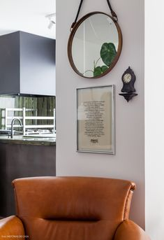 18-decoracao-poltrona-couro-espelho-redondo