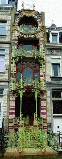Esta hermosa casa fue diseñada en 1900 por el arquitecto Gustave Strauven en el puesto número 11 de la plaza Ambiorix para el pintor y decorador Georges St. Cyr Léonard.