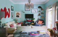Sala de estar com muitos objetos interessantes e decoração bohemian/étnica.