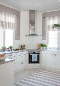 44 Wonderful White Kitchen Design Ideas 44 Wonderful White Kitchen Design Ideas The post 44 Wonderful White Kitchen Design Ideas appeared first on Gardinen ideen. Kitchen Room Design, Kitchen Corner, New Kitchen, Kitchen Decor, Kitchen White, Corner Stove, White Kitchen With Blinds, Kitchen Layout, Kitchen Designs