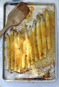 Wir lieben Spargel in allen möglichen Varianten! Diese hier, mit würziger Kruste, ist einfach und schnell zubereitet. Aus dem Ofen ab in den Mund.