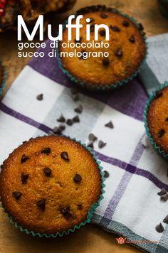 Muffin gocce di cioccolato e succo di melograno sono dei gustosi dolcetti cotti al forno. Per una colazione o merenda, dal sapore delicato di cioccolato e melograno.