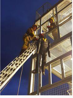 Los rescates de altura requieren gran habilidad y pensamiento rápido. Si alguien ha caído y está suspendido en el aire en un equipo de detención de caídas, el tiempo es esencial para rescatarlos de manera segura y, por lo tanto, el servicio de bomberos suele llevar a cabo el entrenamiento en altura.