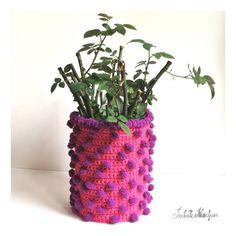 Cache-pot fait au crochet en intégrant un fil fantaisie à pompons. Isabelle Kessedjian: The serial crocheteuses n°170