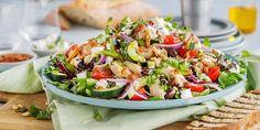Kjøp en ferdiggrillet kylling og disk opp med sommerens enkleste kyllingsalat, med gode råvarer fra Middelhavet som fetaost, oliven og soltørkede tomater. Cobb Salad, Nom Nom, Ethnic Recipes, Food, Salad, Red Peppers, Meals