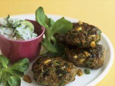 Frikadellen mit Pinienkernen und Frühlingszwiebeln und Feldsalat als Beilage | http://eatsmarter.de/rezepte/frikadellen-mit-pinienkernen-und-fruehlingszwiebeln