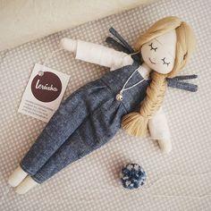 Muñeca con enterito gris