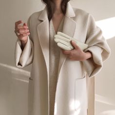 Beige is the color of elegance. And all beige looks are going to be this season's trendy look. I want to make a minimalistic look for you with Zara clothing Beige Outfit, Look Fashion, Fashion Tips, Fashion Design, Fashion Mode, Fashion Websites, Fashion Stores, French Fashion, Fashion Online