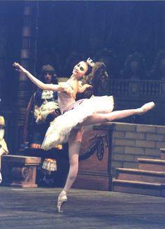 "Svetlana Zakharova as Aurora in ""The Sleeping Beauty"" /Kirov Ballet /Mariinsky Ballet /photo by Natasha Razina. Photography Winter, Dance Photography, Brooke Hyland, Alvin Ailey, Modern Dance, Contemporary Dance, Ballet Poses, Ballet Dancers, Shall We Dance"