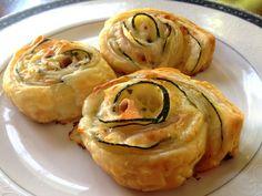 Rosas de masa de hojaldre con calabacines, jamón cocido y queso.