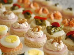 Get ready for holiday parties by making these super easy Christmas party appetizers. Check out our collection of Christmas finger food appetizers. Finger Food Appetizers, Holiday Appetizers, Appetizer Recipes, Shrimp Appetizers, Party Appetizers, Holiday Parties, Aperitivos Finger Food, Christmas Finger Foods, Catering Food
