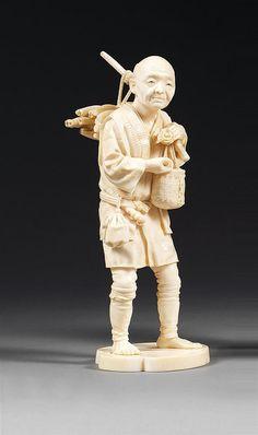 OKIMONO en ivoire, représentant un paysan d'âge mûr en pied, un bâton, auquel sont suspendus un panier et des légumes, reposant sur l'épaule gauche. Signé Meiji. Japon, période Meiji (1868-1912). AN IVORY OKIMONO, SIGNED MEIJI, JAPAN, MEIJI PERIOD. HAUT. 19,5cm (7 11/16 IN.)