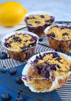 Havermout muffins met bosbessen - Laura's Bakery (CDK in db) Healthy Baking, Healthy Desserts, Just Desserts, Dessert Recipes, Healthy Food, Healthy Recipes, Healthy Birthday Snacks, Yummy Snacks, Yummy Food