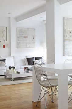 En este comedor se usó la silla Bertoia (debe su nombre a su diseñador, Harry Bertoia) para completar el look moderno.  Es una silla de apariencia ligera y minimalista. Los más afortunados pueden conseguirlas originales, pero otra opción son las réplicas y hasta las recuperadas de algún mercado de pulgas. Bertoia, Dining Room, Dining Table, Sweet Home, Inspiration, Furniture, White Interiors, Design, Home Decor