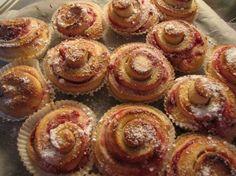 Tavallistakin parempaa pullaa - tee täyte puolukasta | pippuri | Iltalehti.fi Mini Cupcakes, Deli, Doughnut, Muffin, Baking, Breakfast, Sweet, Desserts, Food