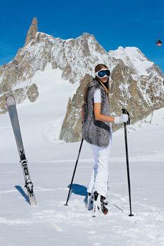 Skihose von Jet Set, Preis auf Anfrage. Skibrille: Chanel. Handschuhe: Hermès. Skistiefel und Skistöcke: Atomic. Ski: Volant