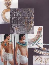 CALZADO : Doméstico o ceremonial, Sandalias hechas en juncos o fibras vegetales. -REYES Y MAGNATES: Cuero trenzado, adornos, puntas encorvadas hacia arriba.  SACERDOTAL: Papiro.