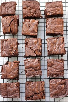 Old Fashioned Brownies - Green Valley Kitchen - - A rich, dark chocolate brownie with a soft chewy center, firm edges and a crackly top. These old fashioned brownies are easy and simple to make using just one bowl. Best Brownie Recipe, Brownie Recipes, Cake Recipes, Dessert Recipes, Old Fashioned Brownie Recipe, Simple Brownie Recipe, Vanilla Recipes, Sweet Recipes, Brownies Decorados