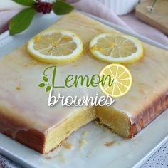 Get ready to prepare this soft and moist glazed lemon brownies, also called lemon bars ! - Recipe : Glazed lemon brownies - Lemon bars by. Fun Baking Recipes, Lemon Recipes, Tart Recipes, Easy Cake Recipes, Sweet Recipes, Lemon Bark Recipe, Lemon Dessert Recipes, Lemon Brownies, How Sweet Eats