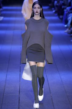 DKNY Spring 2017 Ready-to-Wear Fashion Show - Camille Hurel Nail Design, Nail Art, Nail Salon, Irvine, Newport Beach Fashion Week, Fashion 2017, World Of Fashion, Runway Fashion, Spring Fashion, Fashion Show, Fashion Design, Image Fashion, Grey Fashion