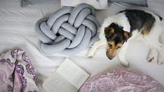 Habt ihr schon die derzeit angesagten Knotenkissen in Wohnzeitschriften entdeckt? Ich zeige euch heute, wie ihr die einfach selbst macht!