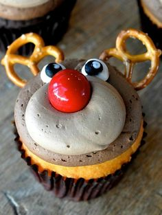 Learn how to make these adorable reindeer cupcakes using a gumball, pretzels, frosting, and chocolate mousse! (No recipe; these are bakery cupcakes, but you can do it!) These are the perfect Christmas desserts to serve at a party. Reindeer Cupcakes, Holiday Cupcakes, Holiday Desserts, Holiday Baking, Holiday Treats, Holiday Recipes, Christmas Cupcakes Decoration, Christmas Cupcake Cake, Winter Cupcakes
