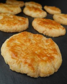 GRUYÉRE SANDS Print the recipe Preparation 10 min Cooking 25 min Total 35 min Crunchy aperitif cookies with cheese … Quantit Wine Recipes, Food Network Recipes, Hoe Cakes, Salty Foods, French Pastries, Biscuit Cookies, Food Is Fuel, Finger Foods, Brunch