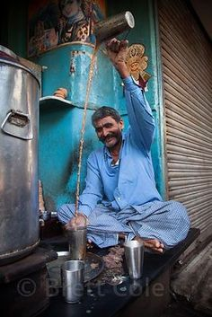 A chai wallah expertly pours chai tea from one cup to another at a market in Shyambazar, Kolkata, India. India Culture, Tea Culture, People Of The World, Countries Of The World, Sri Lanka, India Street, Amazing India, Indian People, India Colors