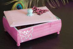 Diese süße Holzbox für Prinzessinnen ist der ideal Wegbegleiter für Ihr Kind. Die rosa Farbe und die Schmetterlinge lassen jedes Mädchenherz höher schlagen. Toy Chest, Storage Chest, Decorative Boxes, Home Decor, Pink, Princesses, Handarbeit, Craft, Kids