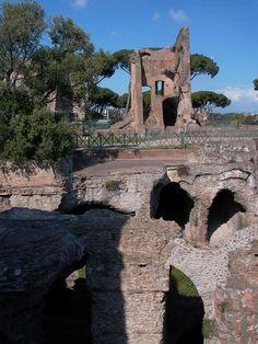 O Palatino A lenda di que Rómulo elexiu o Palatino (no fondo da imaxe, detrás do foro) de entre os 7 outeiros para fundar a nova cidade. Os arqueólogos atoparon restos dun muro e dunha fosa na base do monte e de cabanas de pastores no cumio.