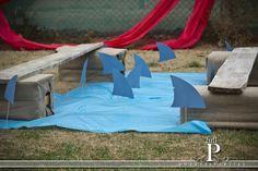 Gå planken ud blandt hajer