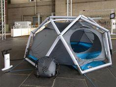 Este es un prototipo de casa de campaña, usa varillas inflables, resiste tormentas y vientos de hasta 120 km/h es para tres personas. Cabe en una pequeña mochila.