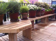 vensterbank op balkon Balcony Bench, Balcony Garden, Mold Exposure, Wooden Pallets, Horticulture, Outdoor Furniture, Outdoor Decor, Amazing Gardens, Garden Tools