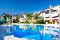 Precioso apartamento de 3 dormitorios, situado en la zona más prestigiosa de Marbella, en la Milla de Oro. La urbanización Lomas de Sierra Blanca se encuentra a 1 km de la playa y a 3 minutos en coche de Puerto Banús. A 4 minutos andando hay 2 cafeterías, 2 restaurantes, bar de vino, peluquerías y gimnasio.