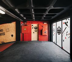 Interior view of the main lobby and the OSB door, main access to the Kalorias Crossbox. The OSB and black and red colors are the dominant colors of this space. Gym Interior, Black Interior Design, Studio Interior, Interior Design Inspiration, Interior And Exterior, Car Workshop, Workshop Design, Workshop Architecture, Architecture Design