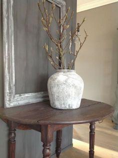 Muurvuller is een product dat je niet snel zou gebruiken om je woondecoratie mee te verven, maar het gebeurt steeds vaker. Potten, vazen, kandelaars, lampen en decoratie voor in huis vergrijzen. Do…