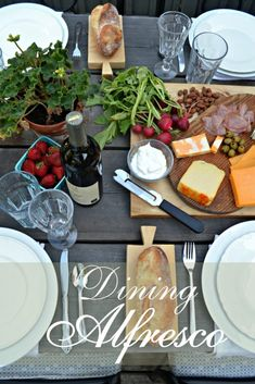 Dining alfresco means leaving the rush behind and relaxing with friends Casual Dinner Parties, Cocktail Parties, Wine And Cheese Party, Easy Family Meals, Al Fresco Dining, Summer Recipes, Summer Ideas, Outdoor Dining, Appetizer Recipes