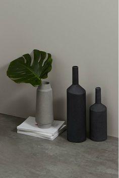 Halla Kollektion. Die geradlinige, skulpturale Silhouette der Vasen bringt den angesagten Industrial Look auf den Punkt. Hergestellt in Portugal und handbemalt in strukturiertem mattem Schwarz.