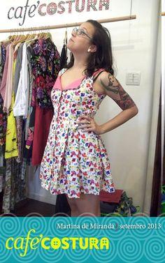 Parece mesmo um bom-bom neste vestido lindo da Martina, todo de cogumelos coloridos!!!
