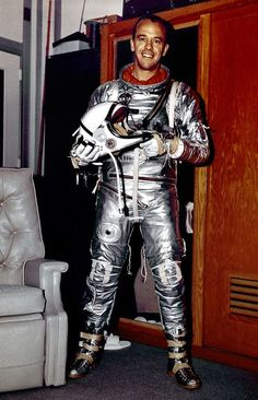 1963 - Astronaut Alan Shepard in Mercury flight suit. Astronaut Alan B. Shepard was one of the original seven astronauts for Mercury Project selected by NASA in silver space suit, Mid-Century Space Race photography. Dwight Eisenhower, John Glenn, Neil Armstrong, Carl Sagan, Tony Goldwyn, Apolo Xi, Mission Apollo 11, Programme Apollo, Centre Spatial