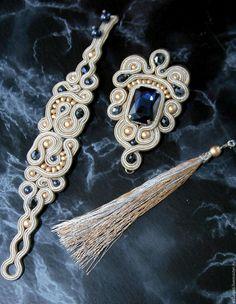 Купить Комплект сутажный ШАНГРИ-ЛА (браслет и кулон брошь) - серебряный, бежевый, темно-синий